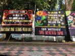 Banyak Karangan Bunga di Depan Rujab Nurdin Abdullah, Netizen: Pesannya Tulus atau Satire ya?