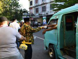 Jumat Berkah, Golkar Sulsel Bagi Ribuan Takjil di Makassar