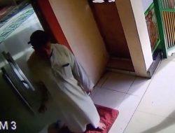 Maling Berpakaian Gamis Terekam CCTV Curi Ponsel di Masjid
