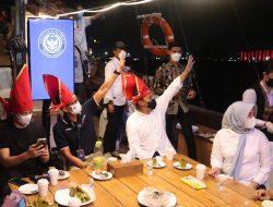 Kenalkan Ikon Makassar, Danny Pomanto Ajak Sandiaga Uno Keliling Laut Losari